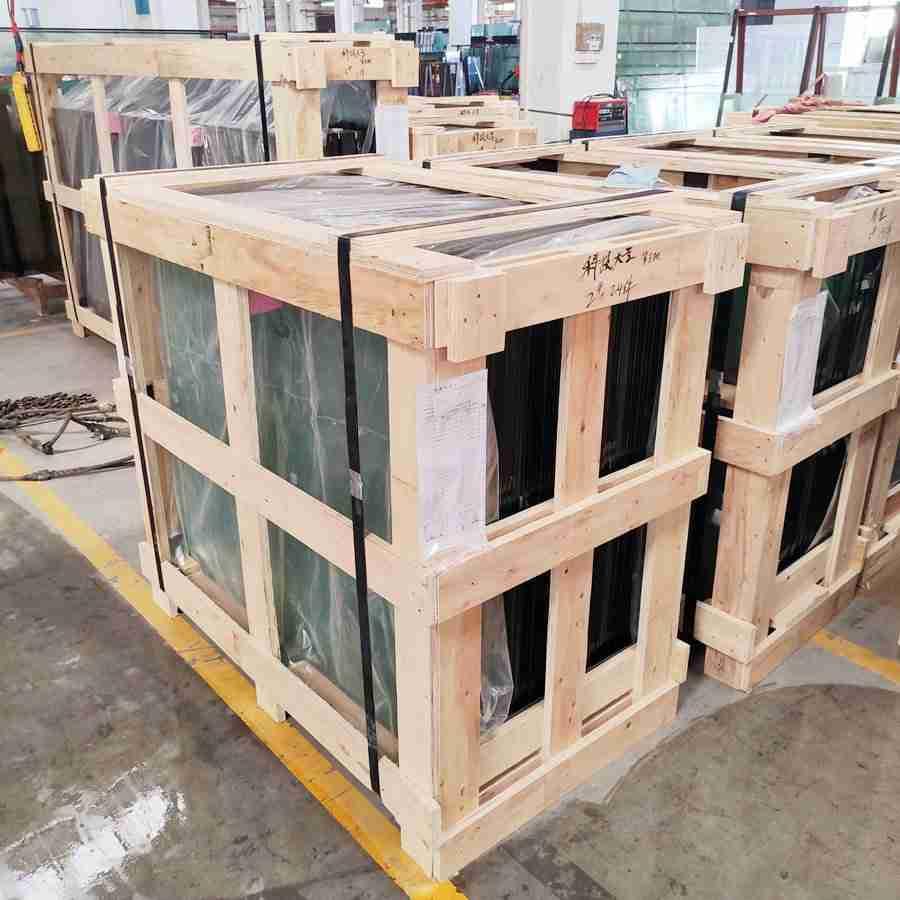 Sterk kryssfinerkassepakning for å sikre glasssikkerhet under langdistansetransport.