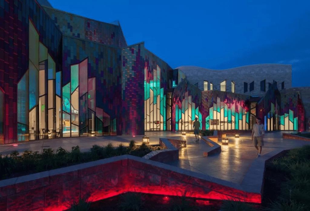 Fantástica visión del vidrio laminado a color en la noche.