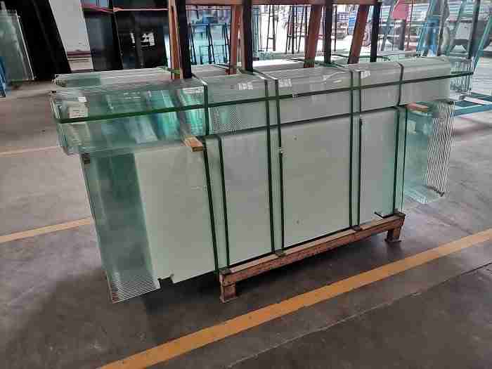 Low iron gradient color glass