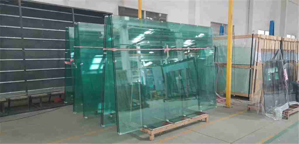 padel tennis court glass