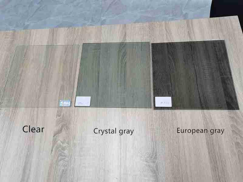 Las diferentes apariencias entre claro, gris cristalino, gris europeo. vidrio reflectante de calor